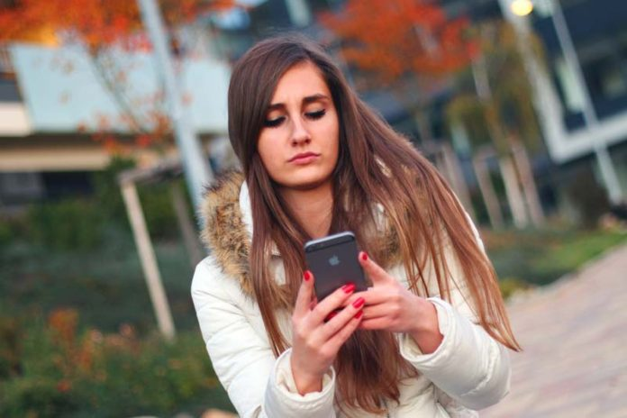 5 Ways That Texting Causes Relationship Troubles, texting bad for communication, how texting kills relationships, why texting is bad for relationships, texting ruins relationships, texting relationships cheating, texting relationships psychology, texting miscommunication quotes, texting miscommunication examples,