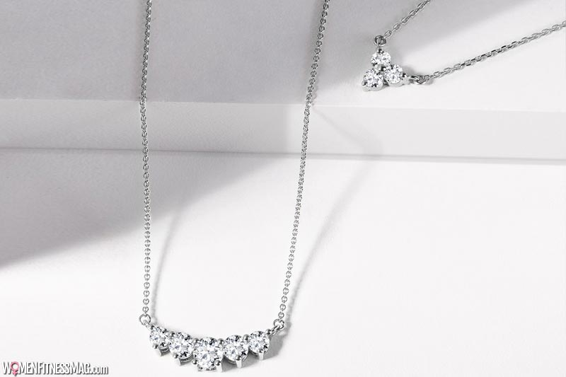 A chain with a diamond which will highlight every décolletage